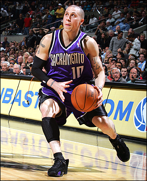 Mike Bibby bring ball